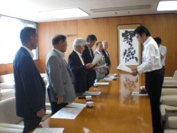アクションプログラム実施に向け市長へ協力要請(10月2日)